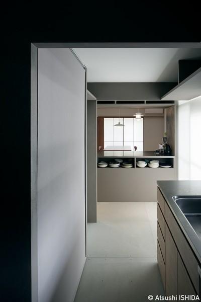 整然とした美しいキッチン (専用庭のある約100平米の団地リノベーション)