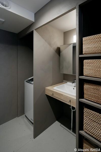 シンプルでコンパクトな洗面空間 (専用庭のある約100平米の団地リノベーション)