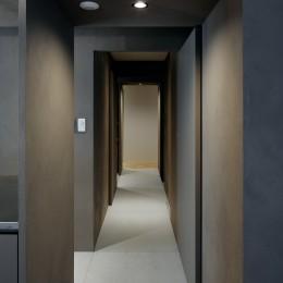 パラレル・プレイス (リビングダイニングと個室をつなぐグレーに彩られた廊下)