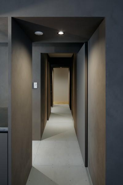 リビングダイニングと個室をつなぐグレーに彩られた廊下 (パラレル・プレイス)