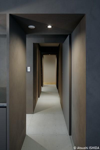 リビングダイニングと個室をつなぐグレーに彩られた廊下 (専用庭のある約100平米の団地リノベーション)