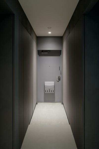 グレーが落ち着いた雰囲気をつくり出す玄関 (パラレル・プレイス)