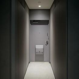 専用庭のある約100平米の団地リノベーション (グレーが落ち着いた雰囲気をつくり出す玄関)