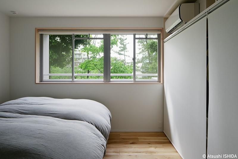 専用庭のある約100平米の団地リノベーション (緑が身近に感じられる寝室)
