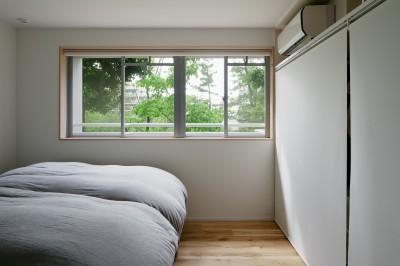 緑が身近に感じられる寝室 (パラレル・プレイス)