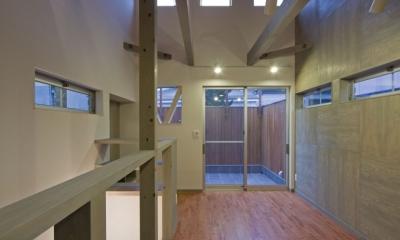 新宿区百人町の家(敷地12坪の家) (2階の居室.バルコニー部分の外壁をセランカンバツ(木材)を施工)