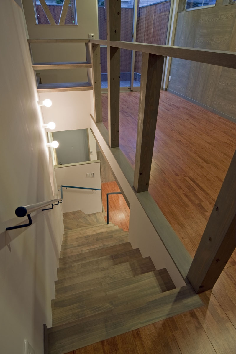 2階の居室から見下ろす階段 (新宿区百人町の家(敷地12坪の家))