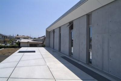kirishima-no-ie   屋根も壁も、コンクリート打放しの仕上げです。 (外観(北面屋根))