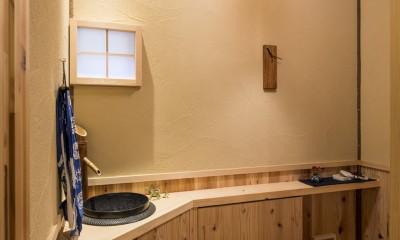 家族を結びつける大屋根の家 (トイレ)