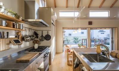 家族を結びつける大屋根の家 (キッチン)