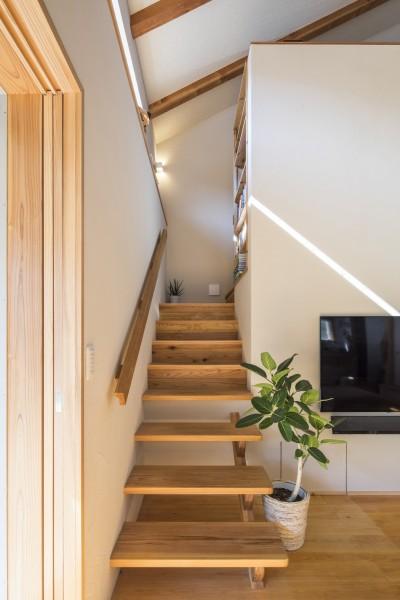 家族を結びつける大屋根の家 (階段)