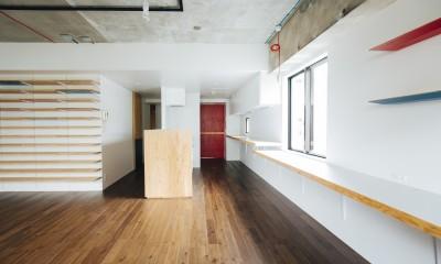 ビコロールの家~さりげない色使いがポイントに~ (ダイニングよりキッチンを見る)