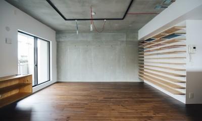 ビコロールの家~さりげない色使いがポイントに~ (ダイニングよりリビングを見る)