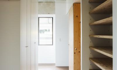 ビコロールの家~さりげない色使いがポイントに~ (玄関より窓辺を見る)