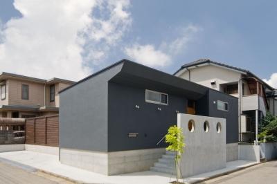 住宅地に建つコートハウス(通り抜け土間のある家) (コンクリート打っ放しの目隠し壁がアクセントとなっています)