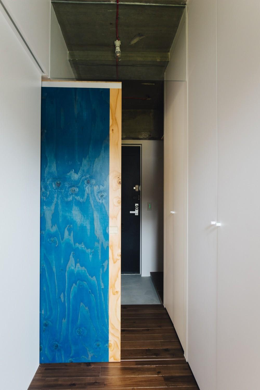 ビコロールの家~さりげない色使いがポイントに~ (窓辺より玄関を見る)