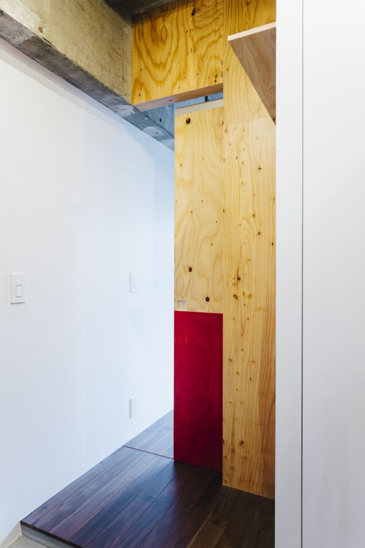 ビコロールの家~さりげない色使いがポイントに~ (玄関より寝室側を見る)