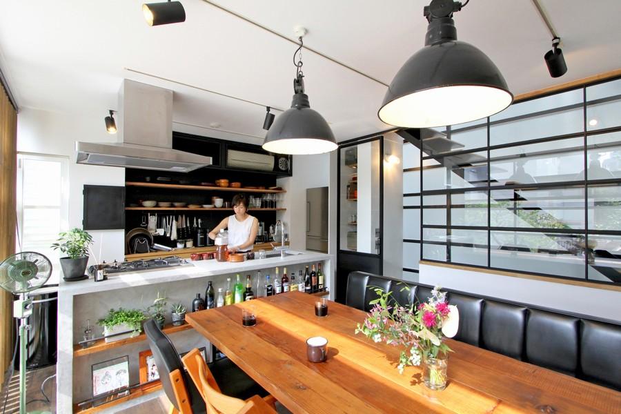 ダイニングキッチン (素材が変わる 家が変わる(渋谷 C邸戸建てリノベーション))