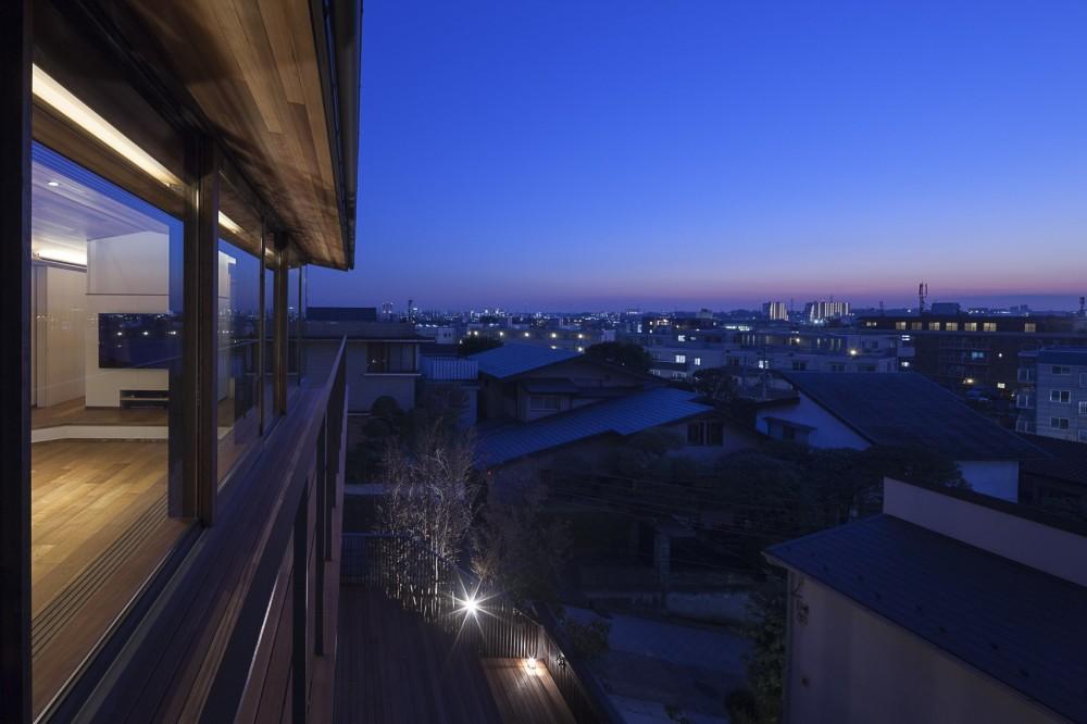 東京の崖地に浮かぶ絶景の住処 (バルコニーからの夕景)