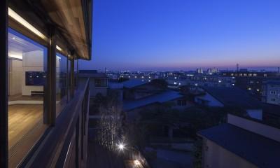 バルコニーからの夕景|東京の崖地に浮かぶ絶景の住処