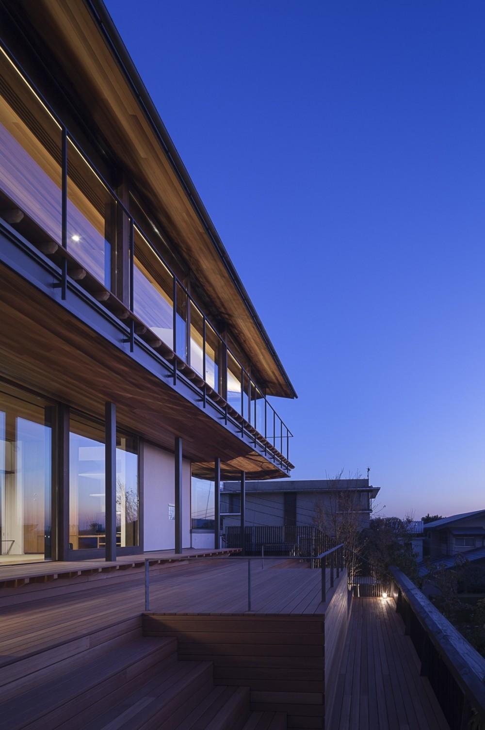 東京の崖地に浮かぶ絶景の住処 (風景に向かう階段デッキ)