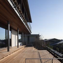 東京の崖地に浮かぶ絶景の住処 (階段デッキ)