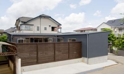 住宅地に建つコートハウス(通り抜け土間のある家) (コート(庭)を囲む木のスクリーン)