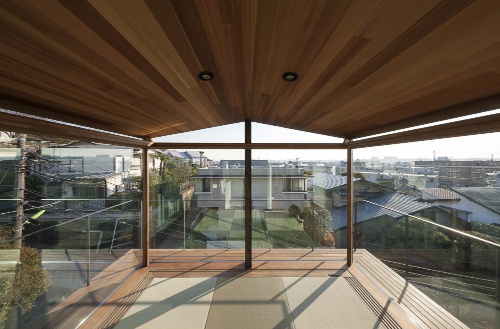 東京の崖地に浮かぶ絶景の住処 (障子を開放した畳の間)