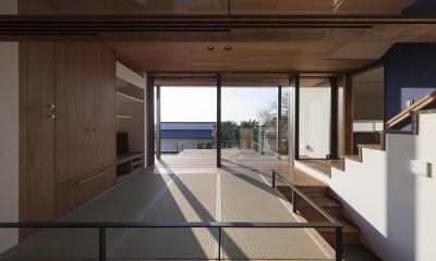 東京の崖地に浮かぶ絶景の住処 (テラスに開いたお座敷)