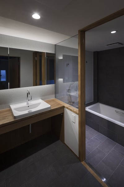 洗面と浴室 (東京の崖地に浮かぶ絶景の住処)