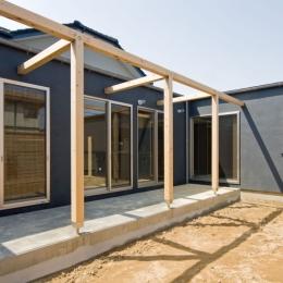 住宅地に建つコートハウス(通り抜け土間のある家) (木のフレームのかかるテラス)