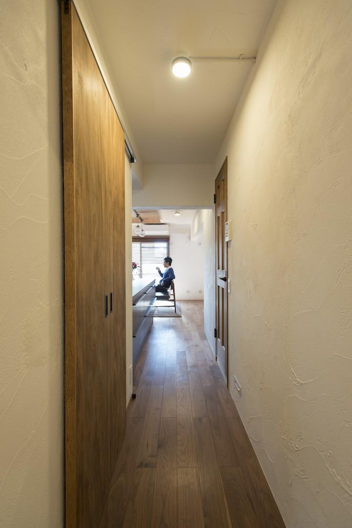 戸建ての夢を叶えたマンションリノベ (リビングへ)
