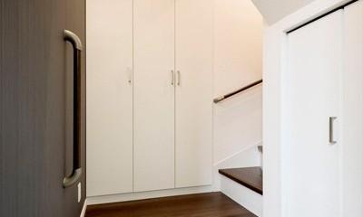 程よい距離感で、家族がつながる。安心の二世帯住宅へ「まるごと再生」 (玄関)