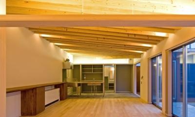 住宅地に建つコートハウス(通り抜け土間のある家) (連続する2×10材の垂木とLED照明で天井を演出)