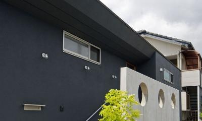 住宅地に建つコートハウス(通り抜け土間のある家)