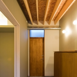 住宅地に建つコートハウス(通り抜け土間のある家) (玄関土間スペースはコート(中庭)に通り抜けられます)