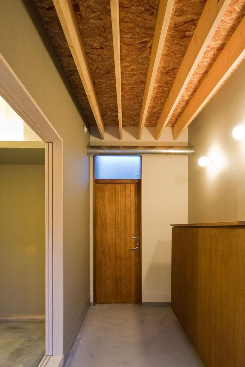 住宅地に建つコートハウス(通り抜け土間のある家)の部屋 玄関土間スペースはコート(中庭)に通り抜けられます