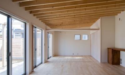 住宅地に建つコートハウス(通り抜け土間のある家) (屋根の構成材に垂木(2×10材)が連続する天井)