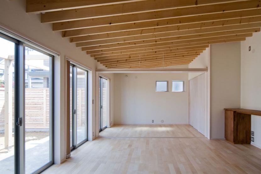 住宅地に建つコートハウス(通り抜け土間のある家)の部屋 屋根の構成材に垂木(2×10材)が連続する天井