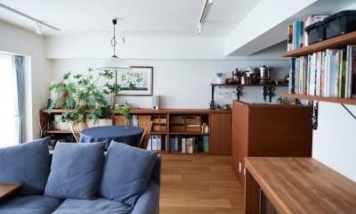 直感と趣味を大切にした家作りは、一人暮らしならではの醍醐味。 (キッチンに続く造作棚収納)