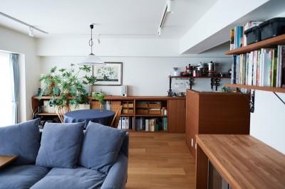 キッチンに続く造作棚収納 (直感と趣味を大切にした家作りは、一人暮らしならではの醍醐味。)