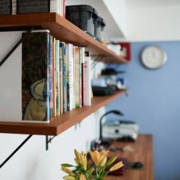 直感と趣味を大切にした家作りは、一人暮らしならではの醍醐味。 (ワークスペースの棚)