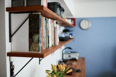 ワークスペースの棚 (直感と趣味を大切にした家作りは、一人暮らしならではの醍醐味。)