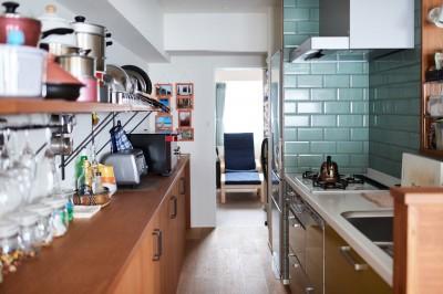 キッチン奥は蔵書スペースとして使用 (直感と趣味を大切にした家作りは、一人暮らしならではの醍醐味。)