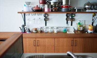 直感と趣味を大切にした家作りは、一人暮らしならではの醍醐味。 (キッチン収納棚)