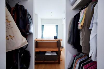 洗面と寝室の間にクローゼット。 (直感と趣味を大切にした家作りは、一人暮らしならではの醍醐味。)