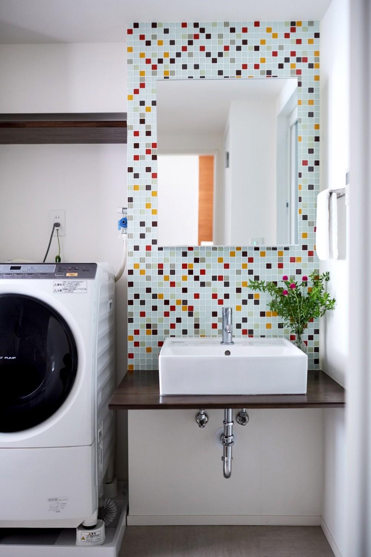 直感と趣味を大切にした家作りは、一人暮らしならではの醍醐味。 (洗面のタイル)