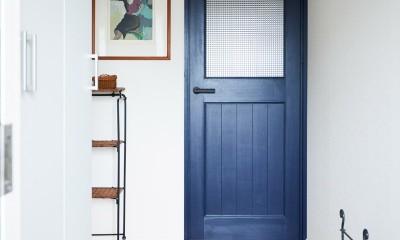 直感と趣味を大切にした家作りは、一人暮らしならではの醍醐味。 (広めの玄関)