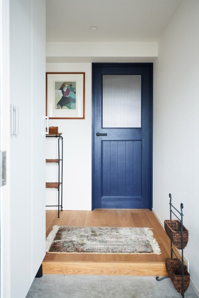 広めの玄関 (直感と趣味を大切にした家作りは、一人暮らしならではの醍醐味。)