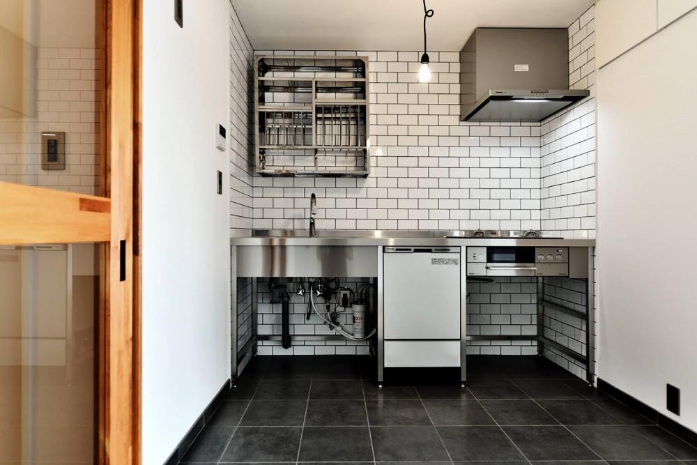 ステンレスキッチン (シンプル&インダストリアル。変則1LDKで始まる家族のリノベ暮らし)